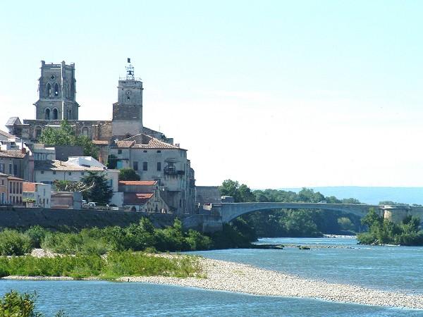 Pont_Saint_Esprit,_église_Saint_saturnin_et_le_pont_médiéval_sur_le_Rhône,_France